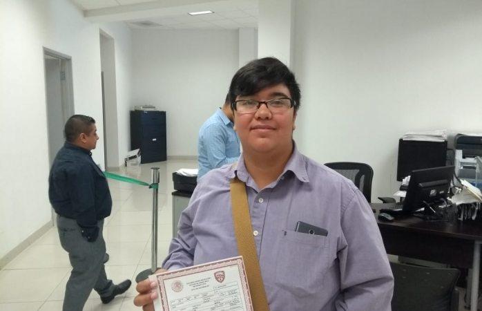 Entregan primer acta de nacimiento a joven transgénero en Juárez