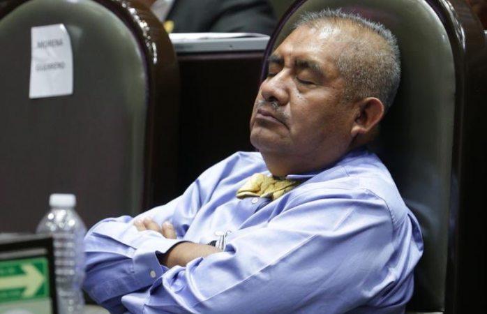 Es la marea alcalina, es fisiológico, dice diputado que dormitó en sesión