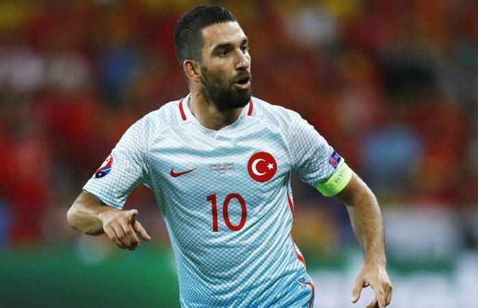Le da cabezazo futbolista a cantante en Turquía y le saca pistola