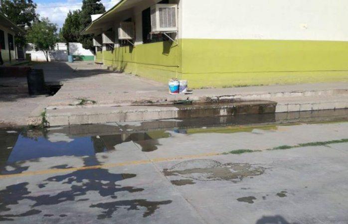 Desborda drenaje en primaria Sarh