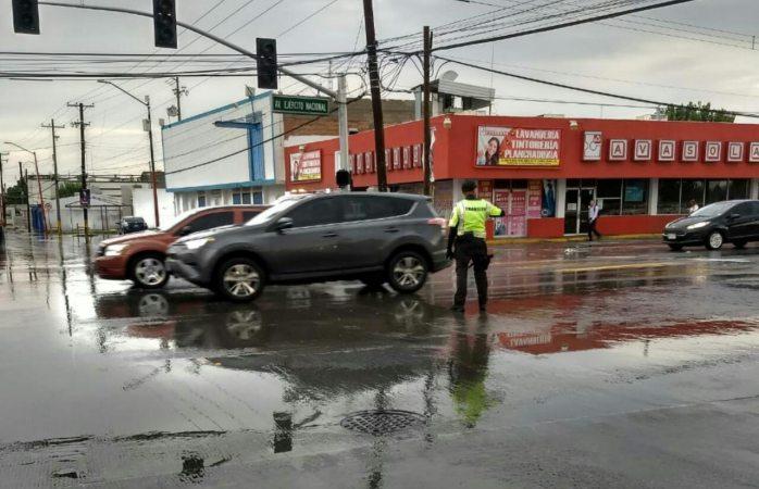 Piden a conductores extremar precauciones por pavimento resbaloso