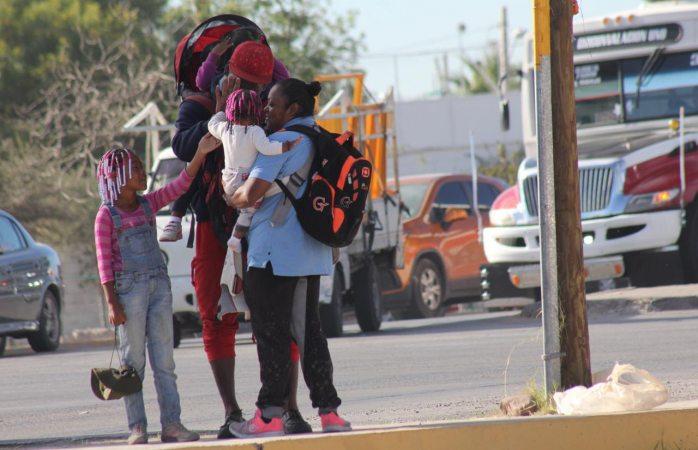 Pese a dificultades, familia de migrantes va con alegría