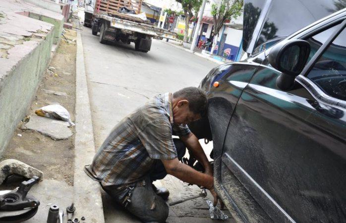 Lo agrede con arma por reparar vehículo en la calle