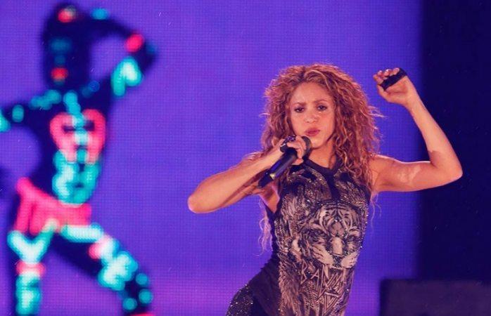 Burla fan seguridad, sube al escenario y logra selfie con Shakira