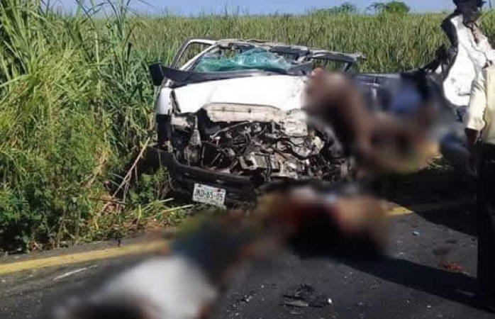 Mueren 7 al chocar camión con camioneta en Veracruz