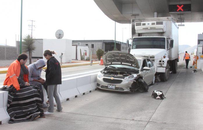 Sin frenos destroza auto en caseta de libramiento oriente