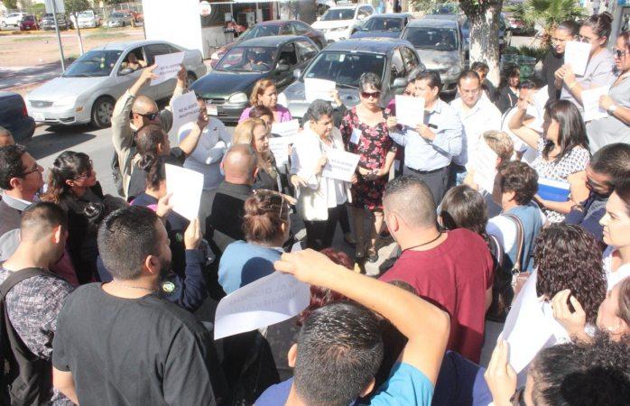 Provoca protestas callejeras ola de despidos en gobierno