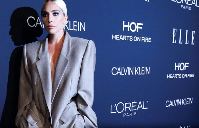 Se compromete Lady Gaga y habla de abuso sexual