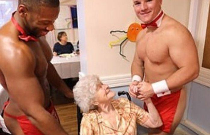 Atienden a abuelitas camareros semidesnudos