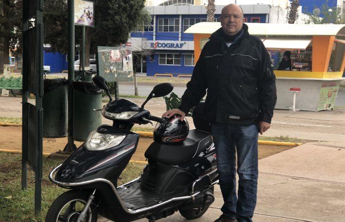 Presenta propuesta de movilidad urbana con motocicleta eléctrica