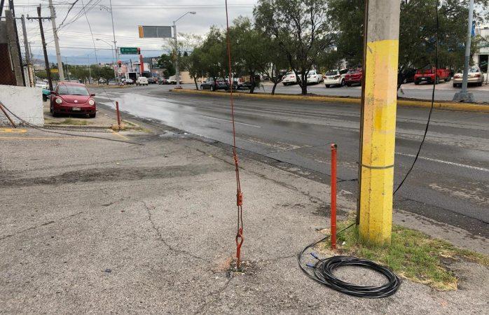 Expone a peatones cable de luz tirado en la calle