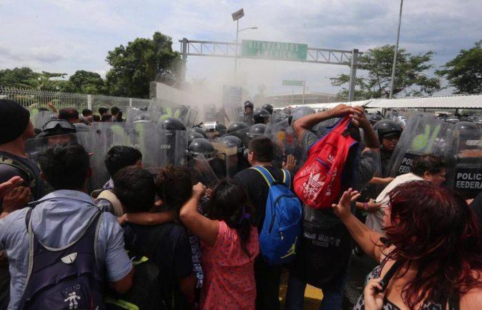 Golpean migrantes hondureños a policías en la frontera con Guatemala