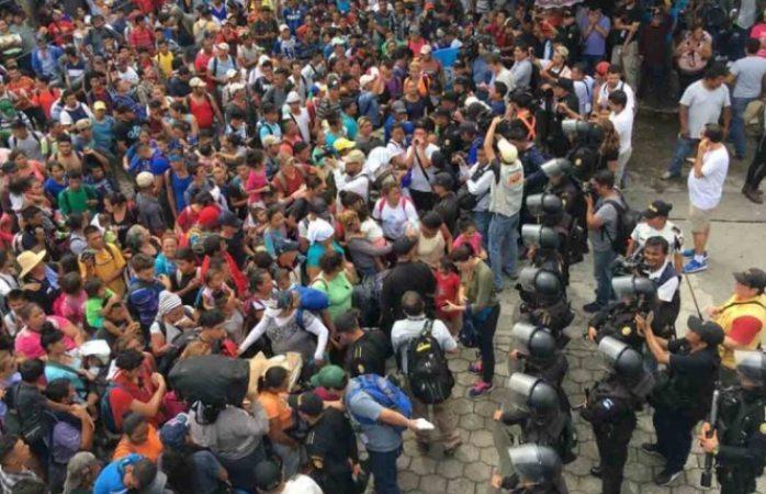 Rompen valla y cruzan miles de migrantes frontera con México
