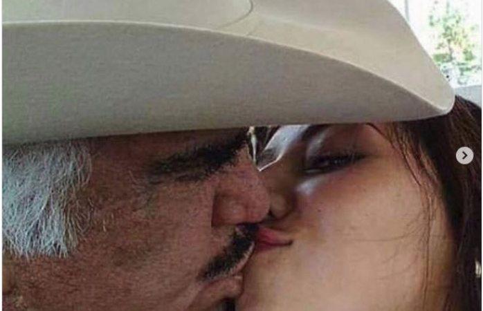 Causa revuelo foto de Chente besando a jovencita