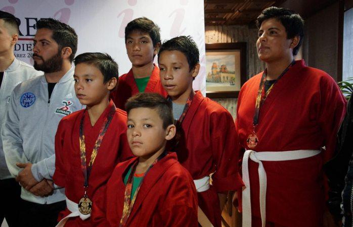 Abandera alcalde a niños competidores en kick boxing