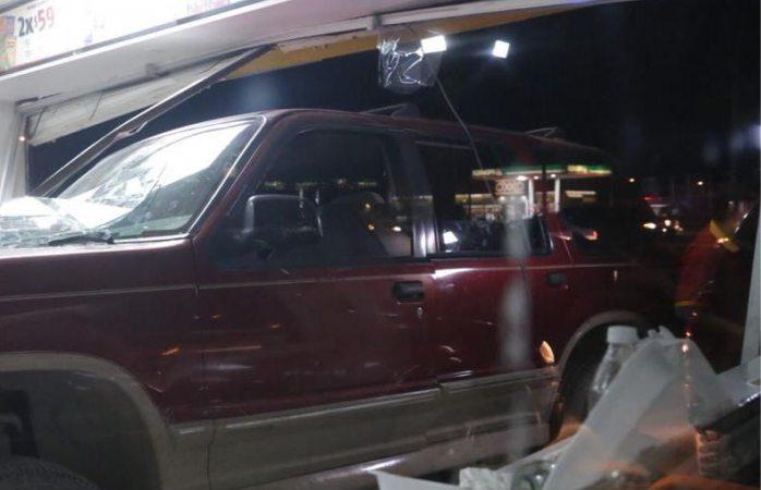Entra al oxxo pero con todo y auto en Juárez