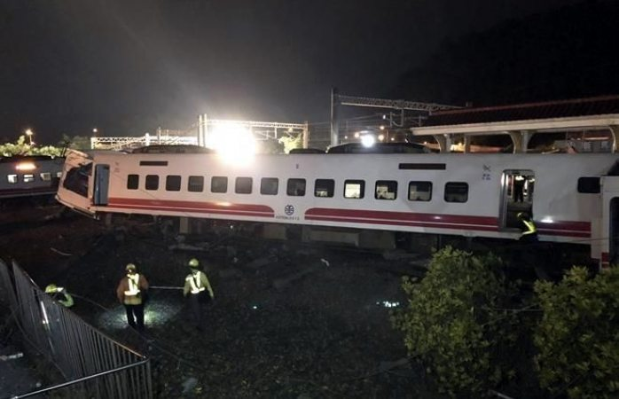 Descarrila tren en Taiwán; mueren 22