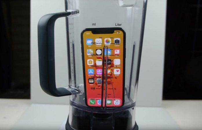 Bloguero intenta beber el 'jugo' de un iPhone X licuado