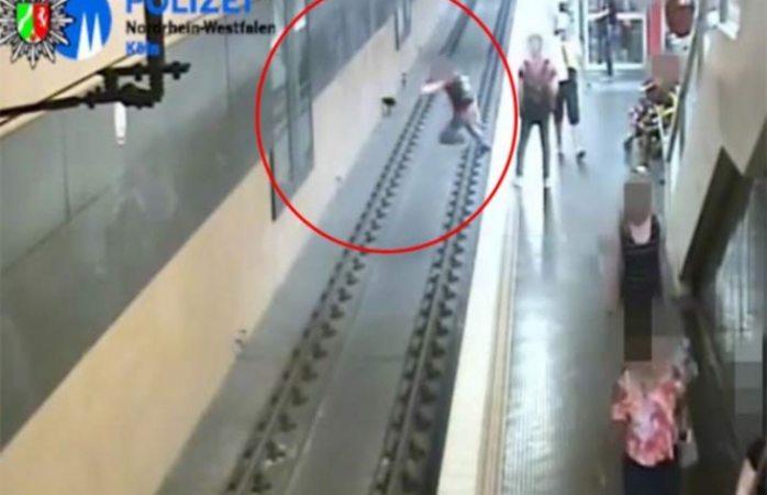 Pelea con su novia y avienta a desconocido al Metro