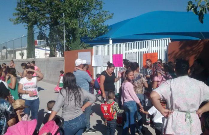 Toman madres de familia kinder en Riberas por falta de maestro