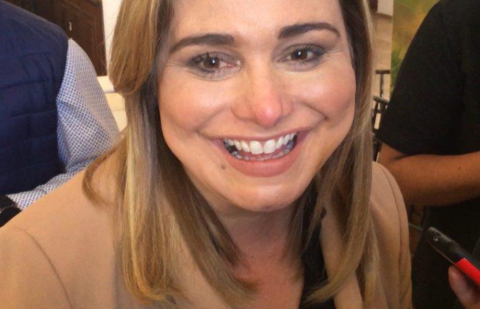 Felícita alcaldesa a locutores en su día