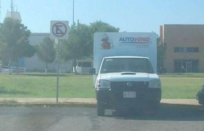 Se estaciona en lugar prohibido y estorba el paso