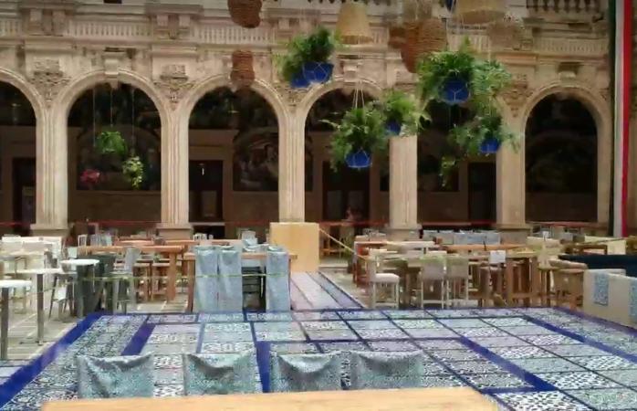 Derrochan recursos en decoración de palacio para el grito