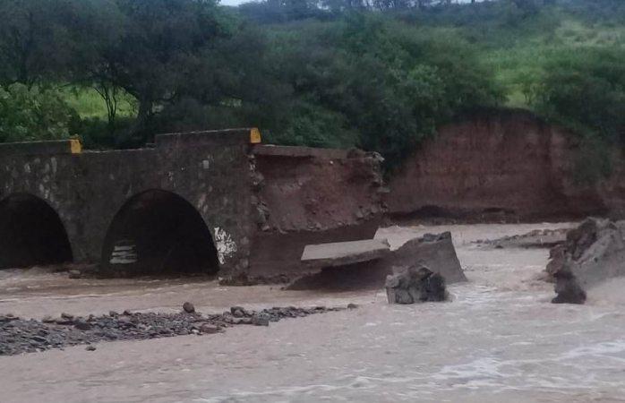 Colapsa puente y queda incomunicada comunidad de Oaxaca