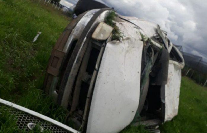 Mueren dos en volcadura en carretera a Bachíniva