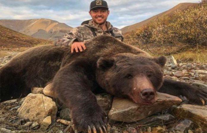 Exjugador de hockey es criticado por matar a oso y presumirlo en redes