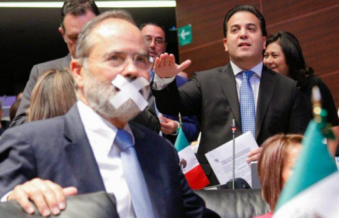 PRI y PAN acusan ley mordaza de Morena, tapándose la boca con tape