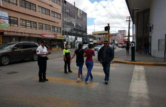 Concientiza tránsito a peatones sobre cruce de calles en el centro