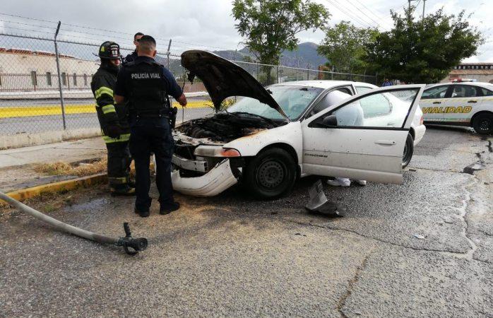 Choca y se incendia auto tras quedarse conductora dormida