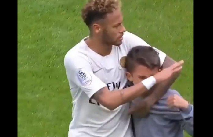 Neymar regala su camiseta a un niño que se coló llorando al campo