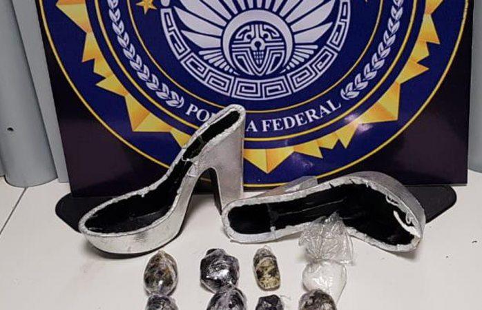 Esconde droga en zapatos de mujer