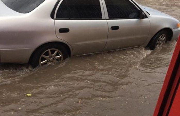 Niños Héroes se convierte en río tras tormenta