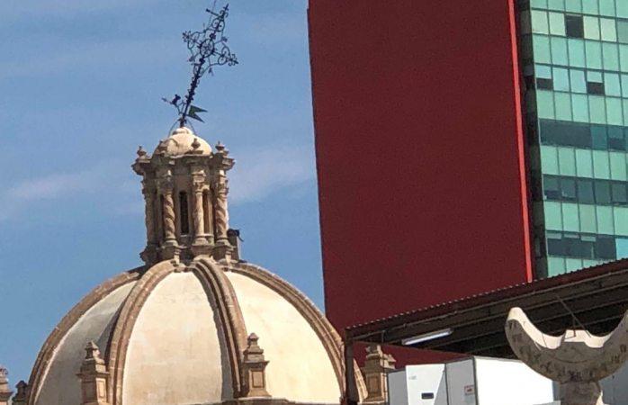 A punto de caer aguja en cúpula de catedral