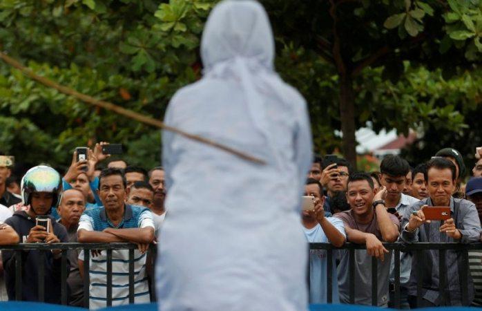 Azotan públicamente a mujer en Indonesia, fue infiel a su esposo