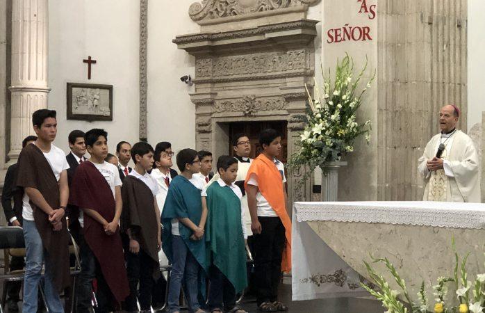Encabeza arzobispo lavatorio de pies a 12 niños
