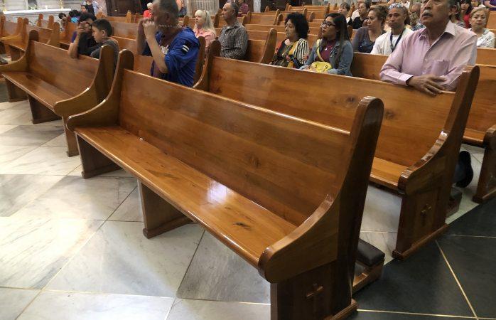 Renuevan 100 bancas de catedral