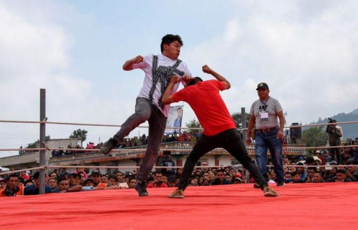 Con peleas a puño limpio celebran Viernes Santo en Guatemala