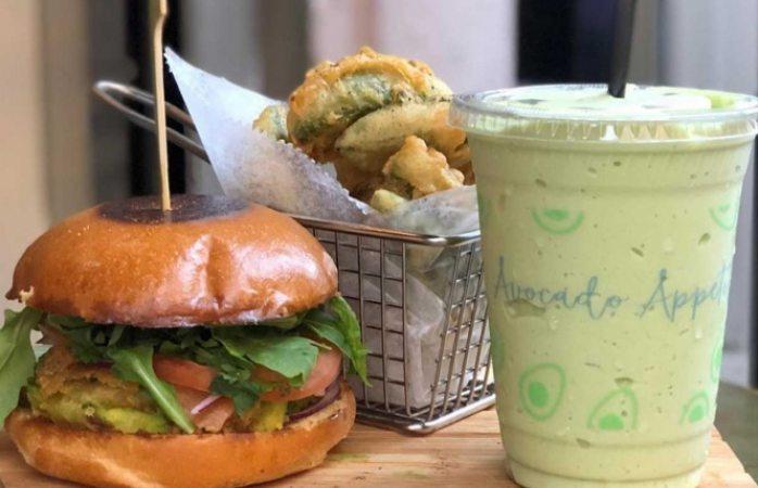 Restaurante sustituye papas fritas por aguacates fritos
