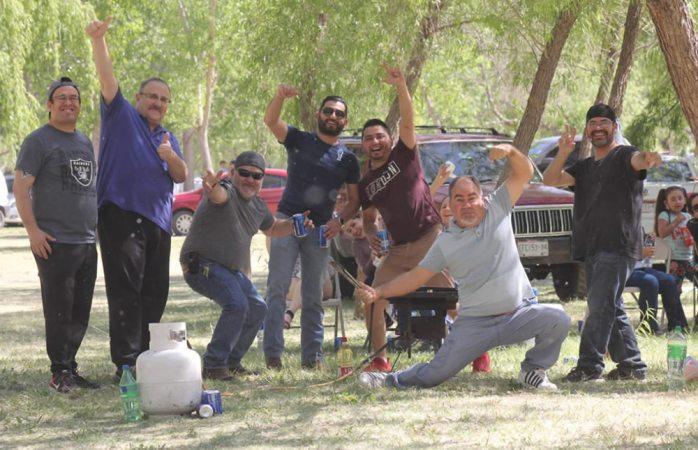 Se reúnen familias a disfrutar de carne asada en Los Llorones
