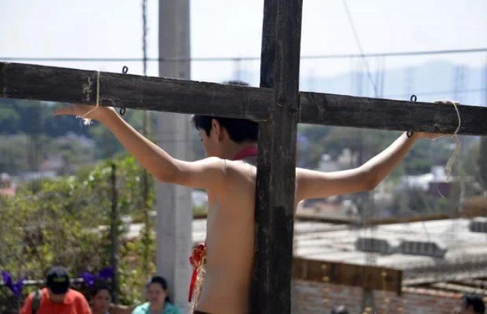 Joven que representaba a Jesús cae de la cruz y se lesiona el cráneo en NL