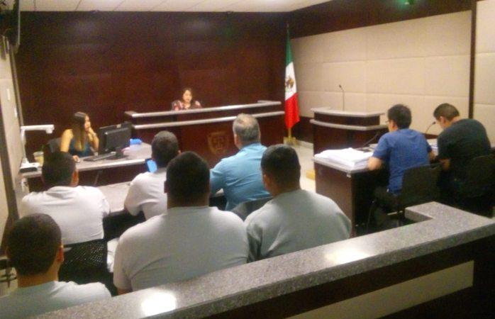 Presentan ante juez a policías que estrangularon a detenido