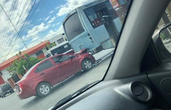 Choca particular contra camión urbano
