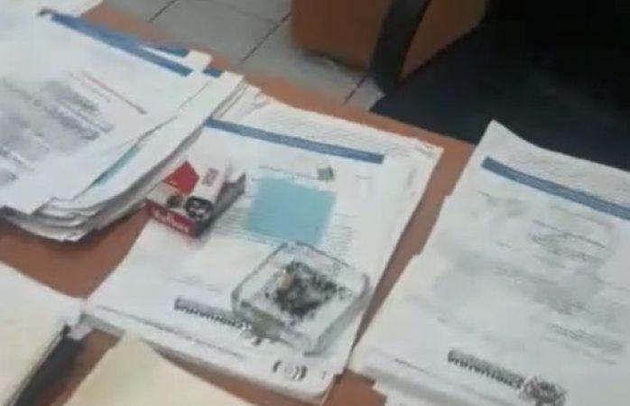Cachan a subdirector municipal fumando en su oficina