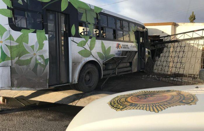 Chofer de camión choca contra vivienda en el eje vial