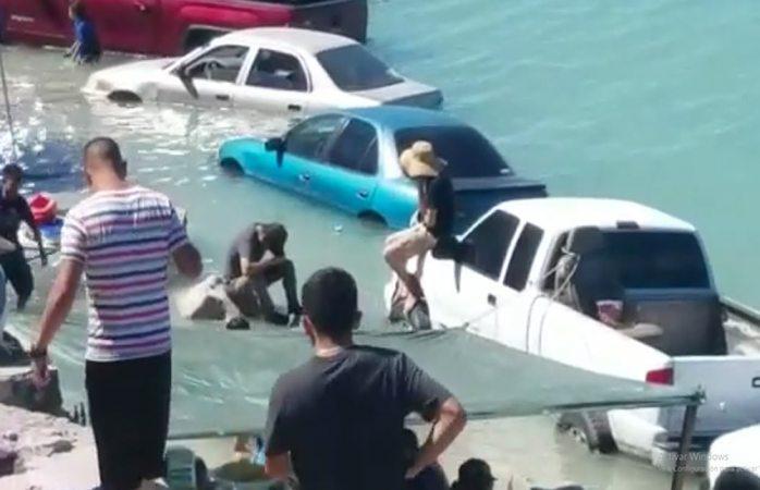 Marejada inunda decenas de vehículos en Puerto Peñasco