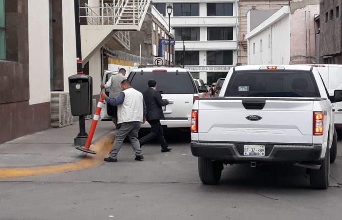 Escoltas de funcionario ocasionan caos vial en primer cuadro
